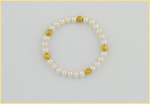 Perlenarmband mit 18 Karat Gelbgoldelementen